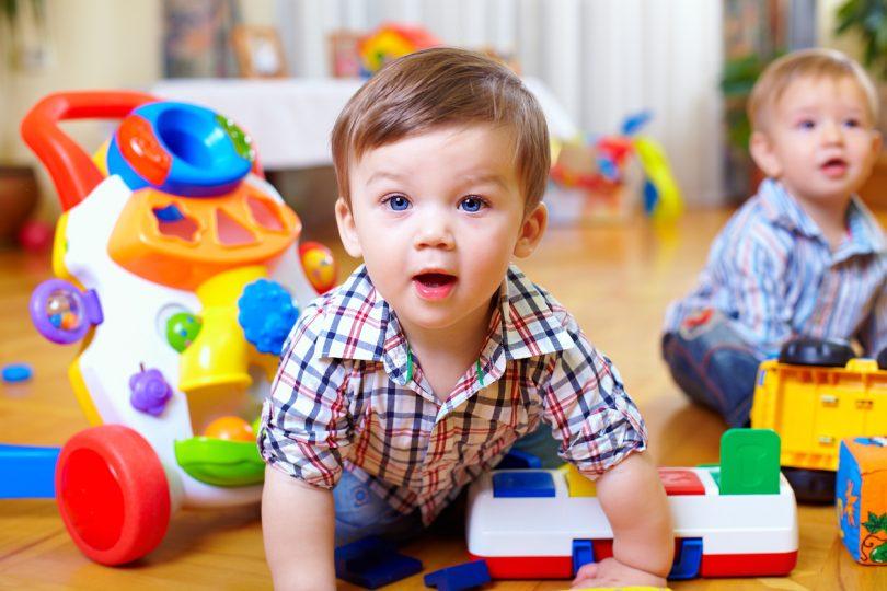 Dečak se igra u vrtiću, polazak u vrtić