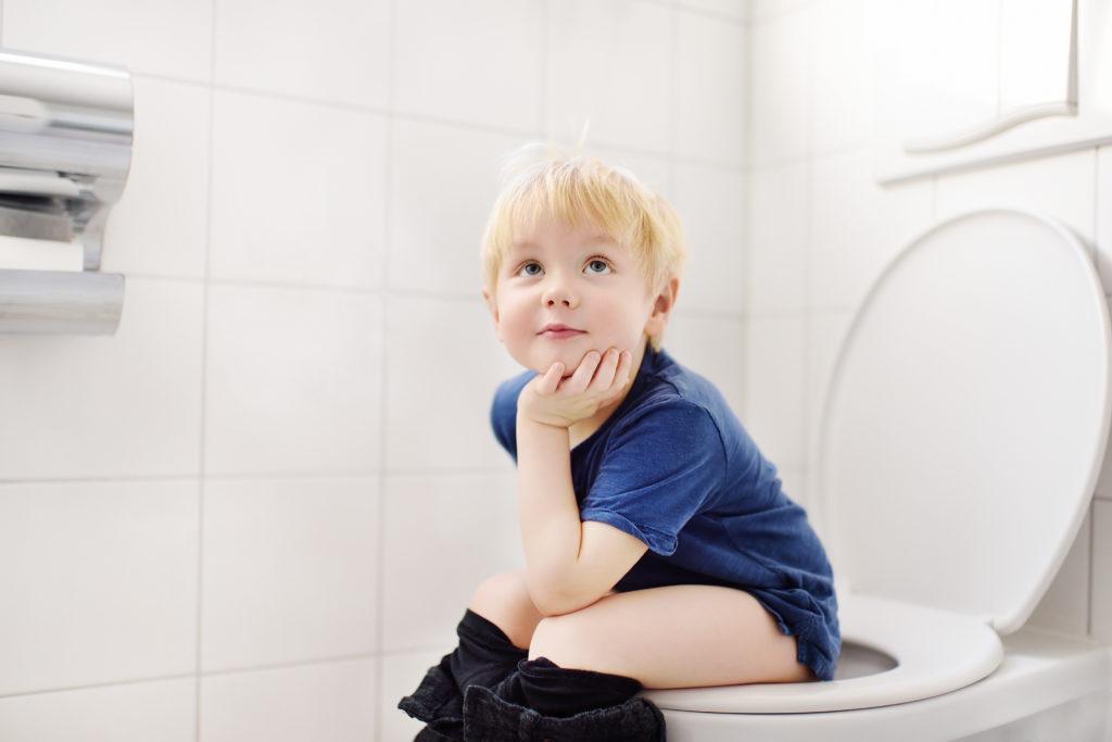 Dete sedi na WC šolji
